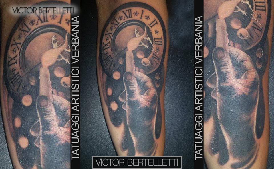 Orologio e mano, tatuaggio realistico realizzato da Victor Bertelletti