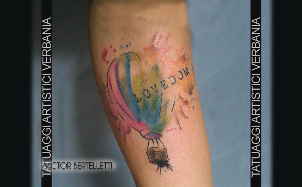 Mongolfiera tatuaggio in stile watercolor realizzato da Victor Bertelletti