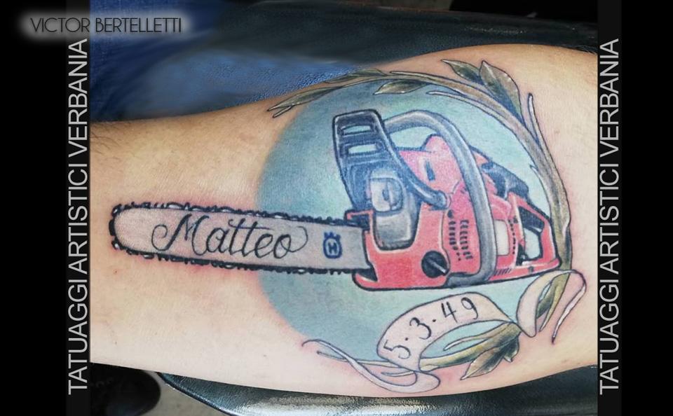 Tattoo traditional color, la motosega realizzato da Victor Bertelletti