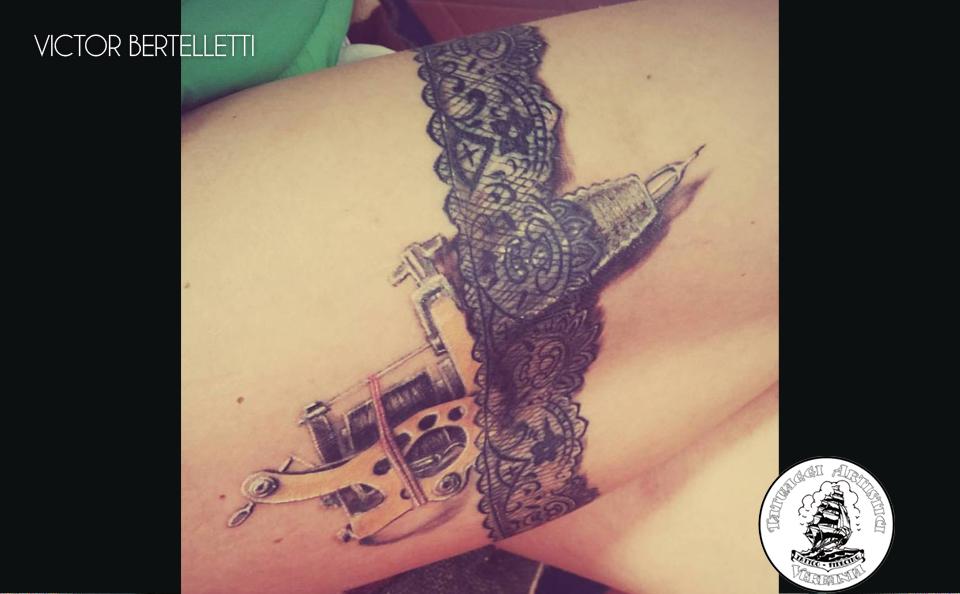 Giarrettiera e tattoo machine, tatuaggio realistico realizzato da Victor Bertelletti