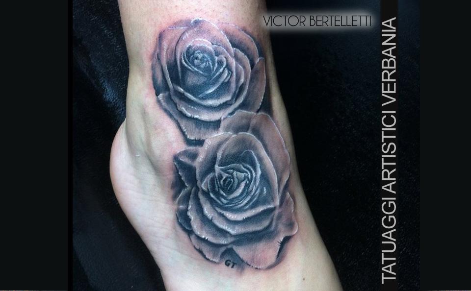 Rose realistiche, tatuaggio sul piede realizzato da Victor Bertelletti