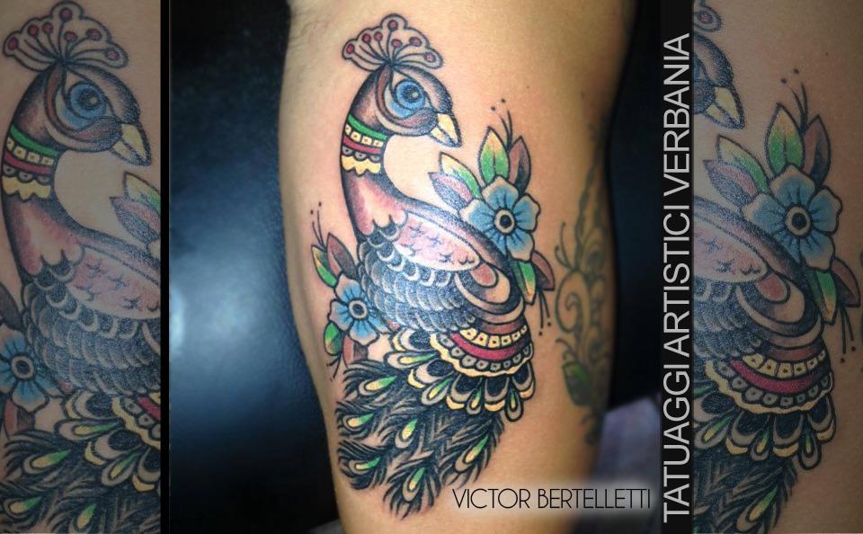 Pavone, espressione colorata di un soggetto originale. Tatuaggio realizzato da Victor Bertelletti