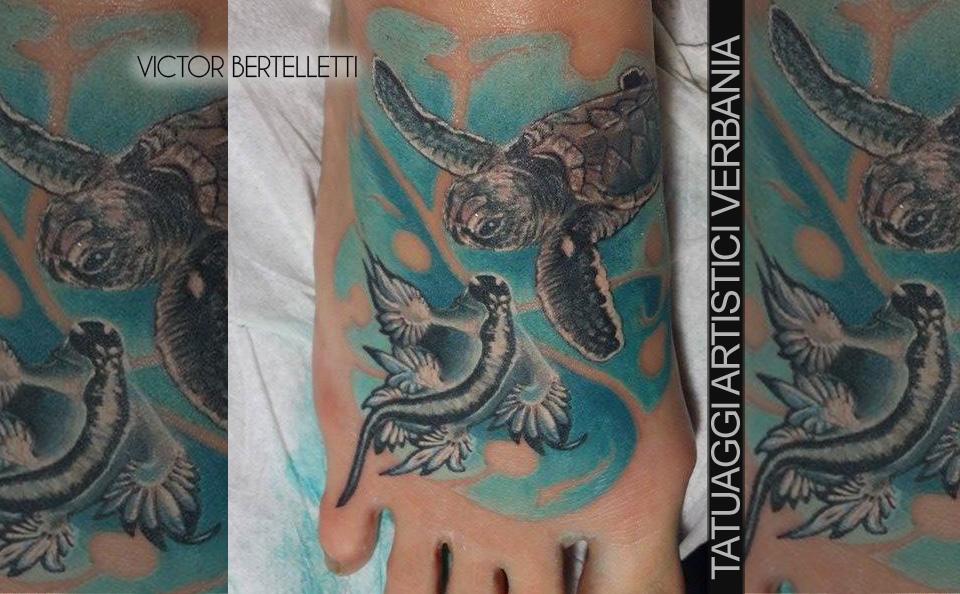 Tatuaggio color sul piede, composizione decorativa realizzata da Victor Bertelletti