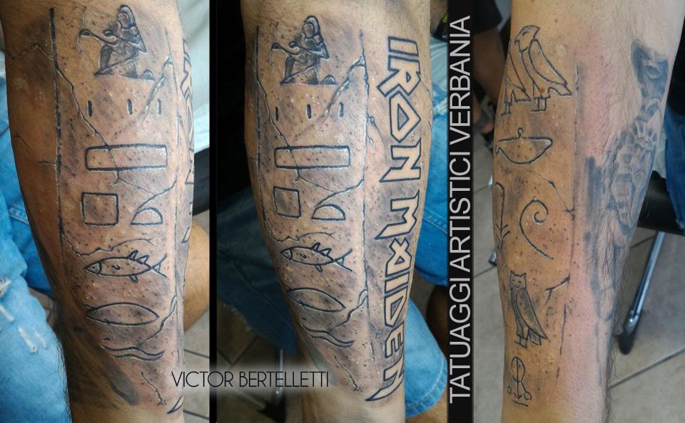 Iron Maiden, lettering e graffiti Egizi. Tatuaggio in bianco e nero realizzato da Victor Bertelletti