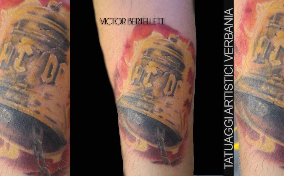 Tatuaggio dedicato agli Ac-Dc, la campana. Pezzo eseguito da Victor Bertelletti