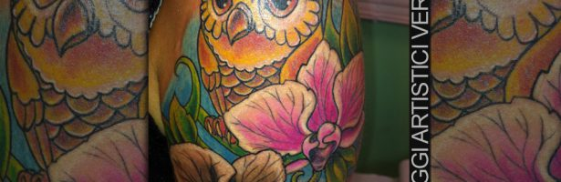 Gufo cartoon e composizione floreale