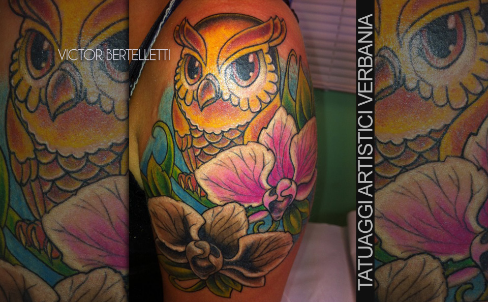 Gufo cartoon e composizione floreale. Tatuaggio realizzato da Victor Bertelletti