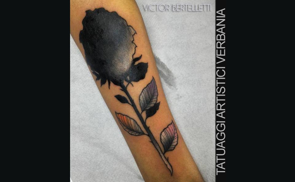 Copertura di un vecchio tatuaggio realizzata da Victor Bertelletti