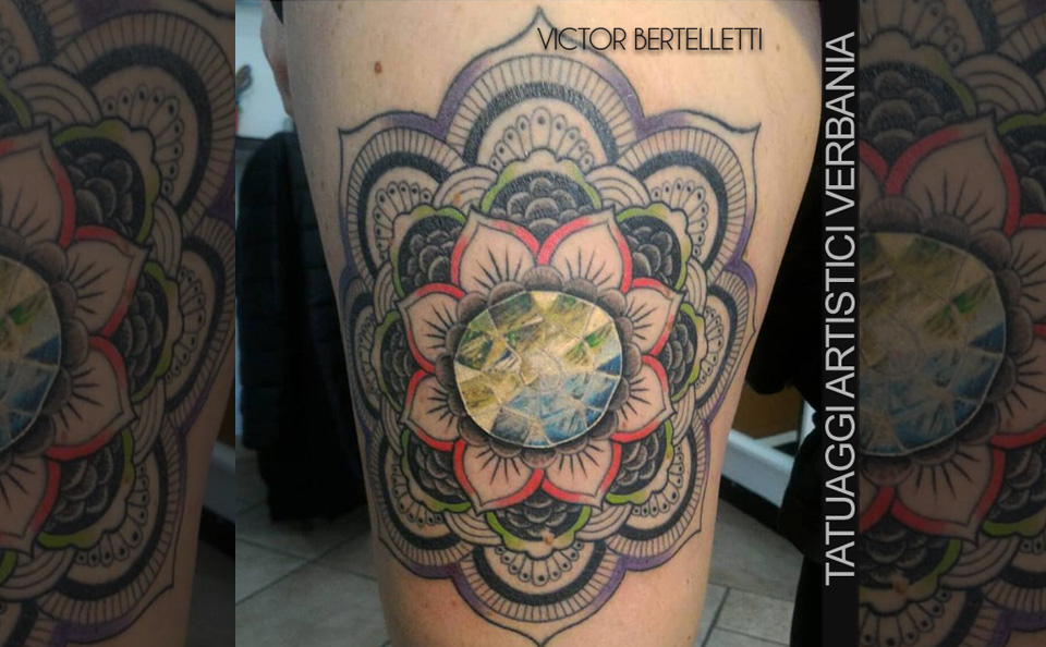 Pietra incastonata nel Mandala, tattoo color eseguito da Victor Bertelletti