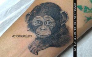 Scimpanzé in stile realistico bianco e nero. Tatuaggio realizzato da Victor Bertelletti