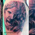 Tatuaggio bianco nero realistico sul braccio. Pezzo eseguito da Victor Bertelletti