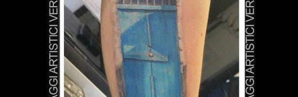 La porta, tatuaggio realistico a colori