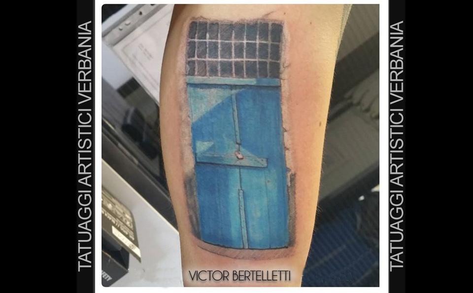 La porta, tatuaggio realistico a colori realizzato da Victor Bertelletti