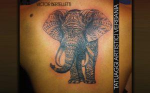 Elefante in stile decorativo, tatuaggio su schiena realizzato da Victor Bertelletti