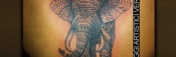 Elefante in stile decorativo, tatuaggio su schiena
