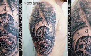 Rosa dei venti, rosa e segnatempo. Tatuaggio realizzato da Victor Bertelletti
