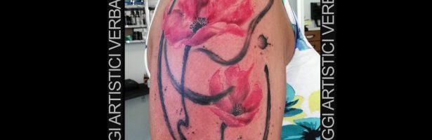Papaveri stilizzati in watercolor sul braccio