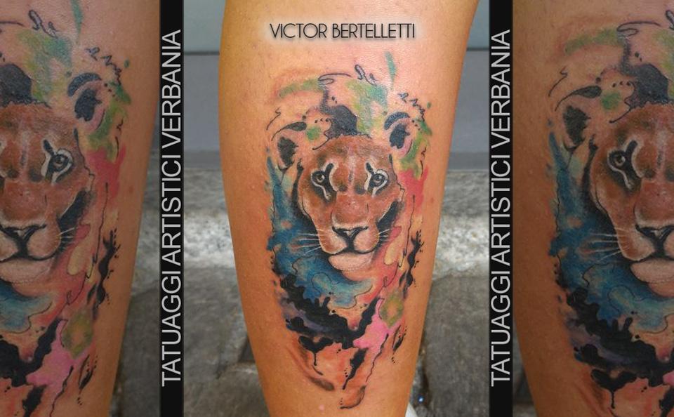 Leone in versione realistic watercolor. Tatuaggio realizzato da Victor Bertelletti