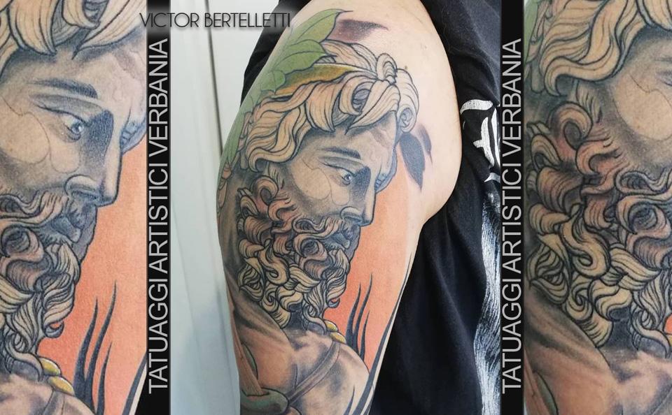 Zeus, il capo di tutti gli dèi. Tatuaggio a colori realizzato da Victor Bertelletti