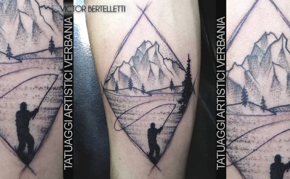 Il pescatore e la montagna, tatuaggio sketch style realizzato da Victor Bertelletti titolare e tauatore resident presso Tatuaggi Artistici Verbania