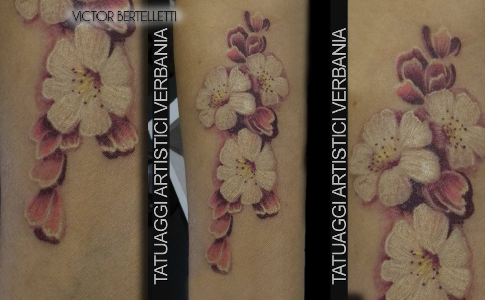 Composizione floreale a colori, tatuaggio sull'avambraccio realizzato da victor Bertelletti