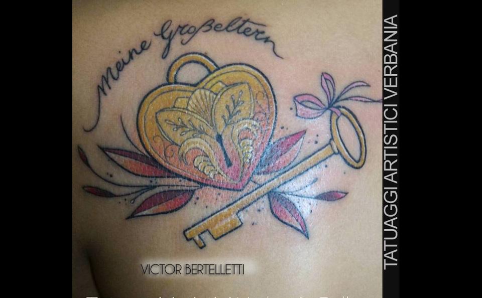 Tatuaggio dedicato ai nonni, chiave e cuore a colori. Pezzo eseguito da Victor Bertelletti