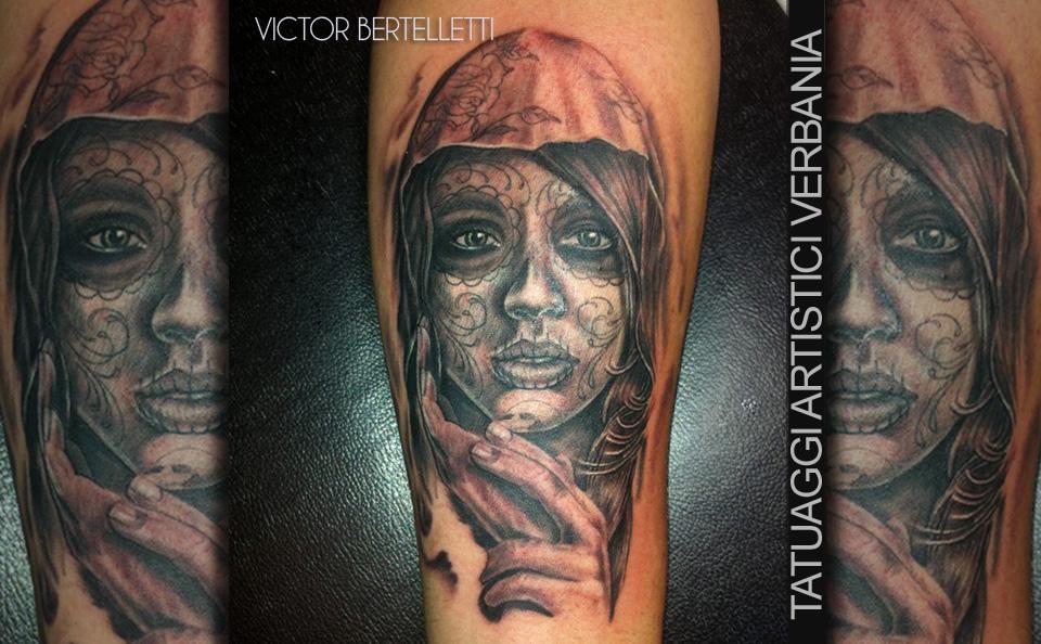 Calavera la Santa Muerte, tatuaggio realistico realizzato da Victor Bertelletti