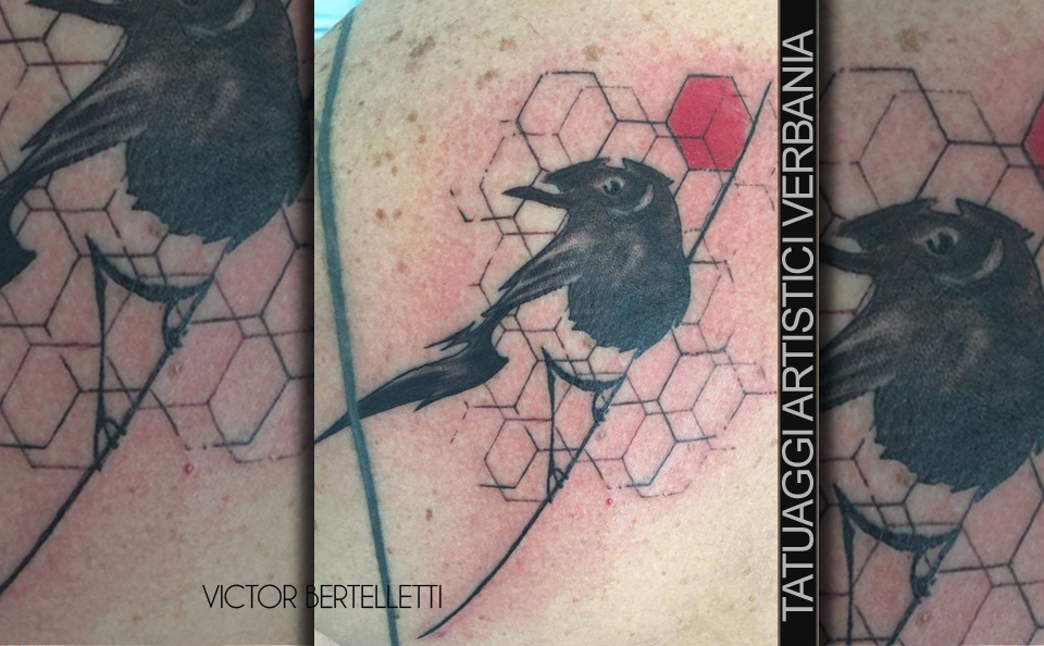 Uccellino solitario, tatuaggio avantgarde stilizzato eseguito da Victor Bertelletti