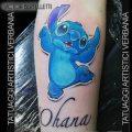 Stitch, l'esperimento genetico. Tatuaggio blu realizzato da Victor Bertelletti titolare e tauatore resident presso Tatuaggi Artistici Verbania