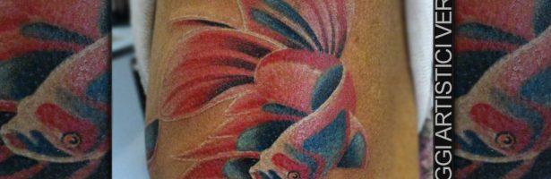 Pesce a colori surreali, tatuaggio sul braccio