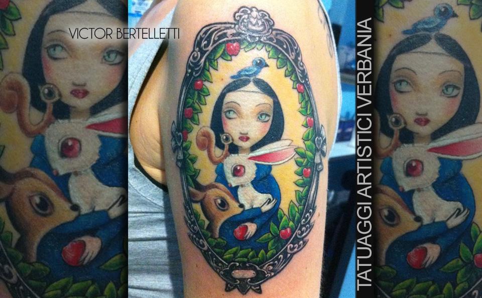 Tatuaggio cartoon a colori accesi sul braccio realizzato da Victor Bertelletti