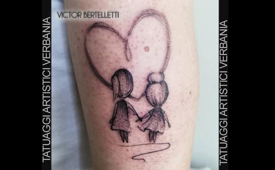 Sorelle, tatuaggio dedicato alla famiglia realizzato da Victor Bertelletti titolare e tauatore resident presso Tatuaggi Artistici Verbania