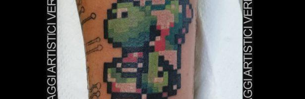 Super Mario bros, tatuaggio color con pixel