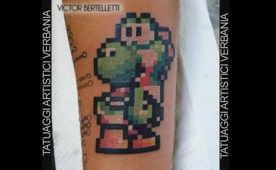 Super Mario bros, tatuaggio color con pixel realizzato da Victor Bertelletti titolare e tauatore resident presso Tatuaggi Artistici Verbania