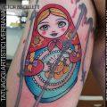 La Matrioska, tatuaggio tradizionale a colori realizzato da Victor Bertelletti titolare e tauatore resident presso Tatuaggi Artistici Verbania