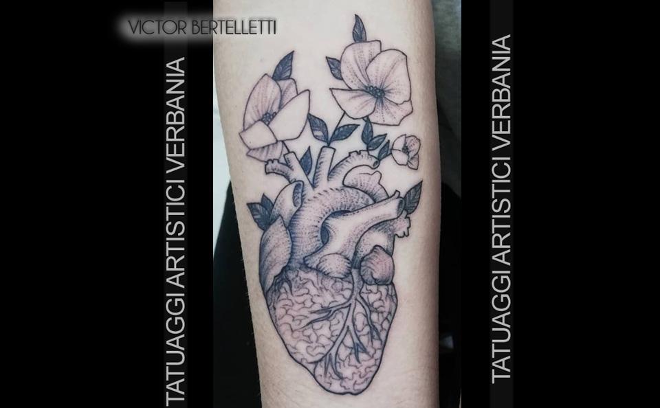 Cuore anatomico in bianco e nero realizzato da Victor Bertelletti titolare e tauatore resident presso Tatuaggi Artistici Verbania