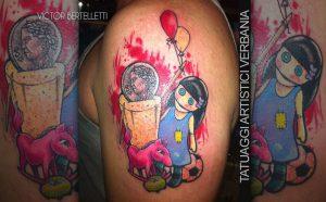 Tatuaggio naif dai colori accesi sulla spalla