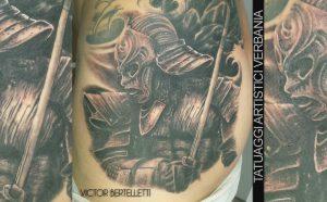 Samurai realistico in bianco e nero. tatuaggio realizzato da Victor Bertelletti